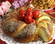 Τι συμβολίζουν τα τσουρέκια που φτιάχνουμε το Πάσχα;