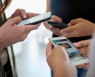 Έρευνα: Οι νέοι βγάζουν «κέρατα» από την υπερβολική χρήση των smartphones