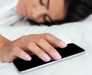 Φορτίζεις το κινητό δίπλα σου όταν κοιμάσαι; Δύο λόγοι που θα πρέπει να το σταματήσεις