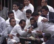 Σρι Λάνκα: Απίστευτο ξύλο στη βουλή βγήκαν μέχρι και μαχαίρια!