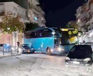Παρκαρισμένα αυτοκίνητα μπλόκαραν λεωφορείο στα ΚΤΕΛ