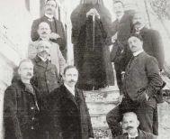 Η Επιτροπή Μακεδονικού Αγώνα Βέροιας  δεν είναι μέσα στα ονόματα του μνημείου της οδού Καρακωστή (;)