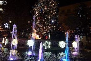 Νάουσα: Με το άναμμα του χριστουγεννιάτικου δέντρου και τη λειτουργία του πάρκου χιονιού ξεκίνησαν οι Χριστουγεννιάτικες εκδηλώσεις! (φωτό)