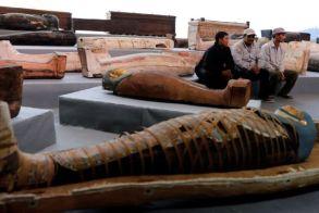 Αίγυπτος : Aνακαλύφθηκαν 100 άθικτες σαρκοφάγοι στην Νεκρόπολη της Σακκάρα «Ούτε το 1% όσων βρίσκονται θαμμένα στην περιοχή δεν είναι αυτά που παρουσιάζουμε σήμερα» τόνισε προς τους δημοσιογράφους και διπλωμάτες ο υπουργός Αρχαιοτήτων Χάλιντ Ελ Ανάνι