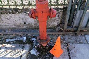 Πυροσβεστικός κρουνός-παγίδα έξω από το 16ο δημοτικό σχολείο (πρώην Φιλίππειο Γυμνάσιο)