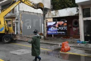 «Ηλία ρίχτο…»: Με μπουζούκια και ζεϊμπεκιές γκρεμίστηκε ιστορικός οίκος ανοχής στη Λάρισα