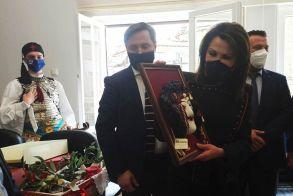 Τα αναμνηστικά δώρα που πρόσφερε ο Δήμος Νάουσας στην  κ. Αγγελοπούλου κατά την υποδοχή της στο Δημαρχείο (Εικόνες)
