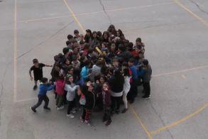 Το 16ο Δημοτικό σχολείο Βέροιας διδάσκει...αγάπη για τα προσφυγόπουλα! Ακούστε το τραγούδι που έγραψαν οι δάσκαλοι και το τραγουδούν μαθητές... Έλληνες και πρόσφυγες!