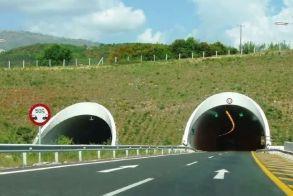 Εγνατία: Νταλίκα δίπλωσε μετά τα διόδια προς Βέροια - Νωρίτερα όχημα προσέκρουσε στο στηθαίο