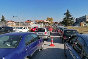 Βέροια:  Μεγάλες ουρές αυτοκινήτων για rapid test, από το πρωί στο ΔΑΚ Μακροχωρίου