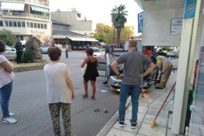 Τροχαίο ατύχημα στη Νάουσα - Αναποδογύρισε δύο μόλις μέτρα πριν από περίπτερο