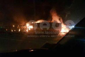 Μεγάλη φωτιά σε κτιριακές εγκαταστάσεις κοντά στην έξοδο της Σίνδου στην Εγνατία (Βίντεο - φωτό)