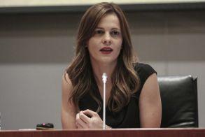 """Έφη Αχτσιόγλου: """"Η κυβέρνηση γελοιοποιείται με την άγνοιά της στα εργασιακά"""""""