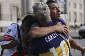 Μαραντόνα: Οπαδοί της Μπόκα και της Ρίβερ κλαίνε αγκαλιασμένοι