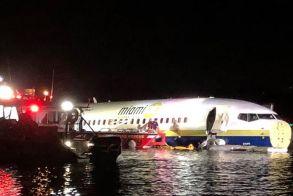 Boeing 737 με 136 επιβάτες βγήκε από τον διάδρομο προσγείωσης και κατέληξε σε ποτάμι
