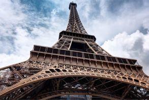 Τα φώτα του Πύργου του Άιφελ θα σβήσουν ως φόρος τιμής στα θύματα