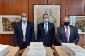 Ο Γιώτης Τσαλουχίδης παρέδωσε 10.000 μάσκες στο Υπουργείο Εθνικής Άμυνας εκ μέρους Ελληνοαμερικων επιχειρηματιών