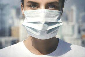 Γρίπη, κορωνοϊός: Οδηγίες για τη σωστή χρήση της χειρουργικής μάσκας από τον ΕΟΔΥ