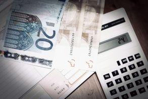 Αναδρομικά: Κλείδωσε η επαναφορά των δώρων και του επιδόματος αδείας σε δημοσίους υπαλλήλους και συνταξιούχους