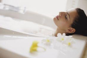 Ζεστό μπάνιο: Τα οφέλη του για τον μεταβολισμό και την υγεία