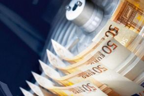 Μήπως χρέωση  ακόμη κι αν περνάμε  έξω από τράπεζα;