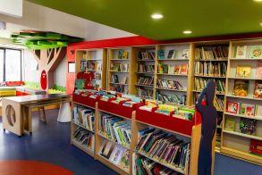 Κρατάμε αποστάσεις και χαιρόμαστε το καλοκαίρι παρέα με τη Δημόσια Βιβλιοθήκη Βέροιας! Δείτε τα αυτοκόλλητα τήρησης αποστάσεων... γεμάτα νόημα!