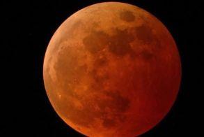 Υπερπανσέληνος, έκλειψη και φεγγάρι δίπλα στη γη - Εντυπωσιακός ουρανός την Κυριακή