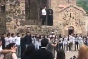 Ναγκόρνο Γκαραμπάχ: Αρμένιοι αποχαιρετούν τις εκκλησίες τους, πριν ξεριζωθούν