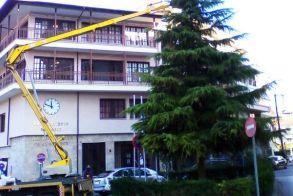 Στολίζονται τα δέντρα της πόλης για τα Χριστούγεννα