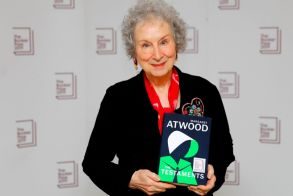 Στην Μάργκαρετ Άτγουντ το βραβείο BOOKER 2019 για τις