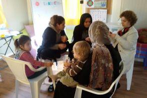 Μαθήματα χειροτεχνίας στους πρόσφυγες της Αγίας Βαρβάρας