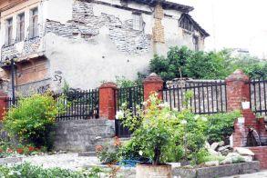 Ρημάζουν αβοήθητα τα παλιά βεροιώτικα σπίτια