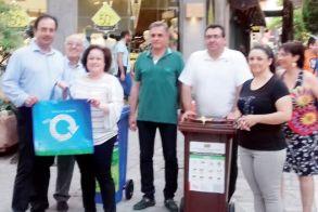 Εκατοντάδες ανακυκλώσιμες σακούλες μοιράστηκαν χθες το απόγευμα σε καταναλωτές