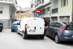 «Οδόφραγμα» από αυτοκίνητα  στην αρχή του πεζοδρόμου της Παστέρ