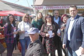 Στη Λαϊκή αγορά   της Αλεξάνδρειας   ο Κώστας Ναλμπάντης με τους συνεργάτες του