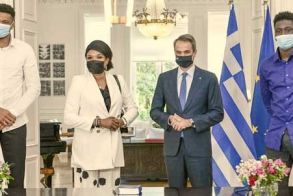 Πολιτογραφήθηκαν τιμητικά Έλληνες πολίτες, η μητέρα και ο αδελφός του Γιάννη Αντετοκούνμπο