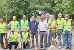 Εθελοντές γυμναστές και επαγγελματίες  καθάρισαν το πάρκινγκ στο άλσος   του Αγίου Νικολάου Νάουσας