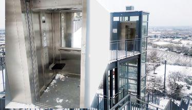 Με ανοιχτή την πόρτα του ασανσέρ στην Εληά…  γέμισε χιόνια και σκουπίδια!