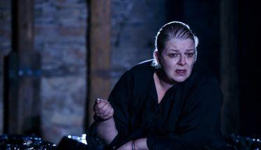Η ηθοποιός Φωτεινή Μπαξεβάνη μιλάει στη Σοφία Γκαγκούση για την παράσταση