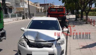 Απίστευτο τροχαίο στην Κατερίνη: Γερανοφόρο πήρε «παραμάζωμα» παρκαρισμένο ΙΧ