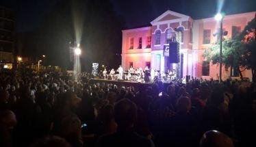Πλήθος κόσμου τραγούδησε στη Βέροια υπό τους ήχους της Μπάντας του Πολεμικού Ναυτικού