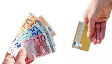 Στα 300 ευρώ από 500  το όριο για τις συναλλαγές  με μετρητά