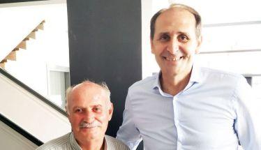 Η φωτογραφία  του δασκάλου  με τον μαθητή  μετά από 40 χρόνια