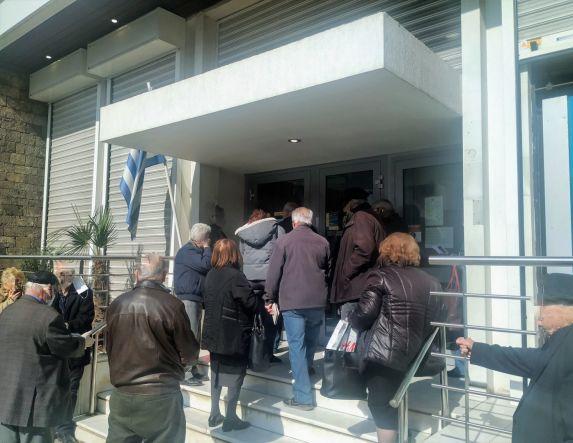 Απαράδεκτη κατάσταση συνωστισμού σε ουρές Τραπεζών από το πρωί στη Βέροια…