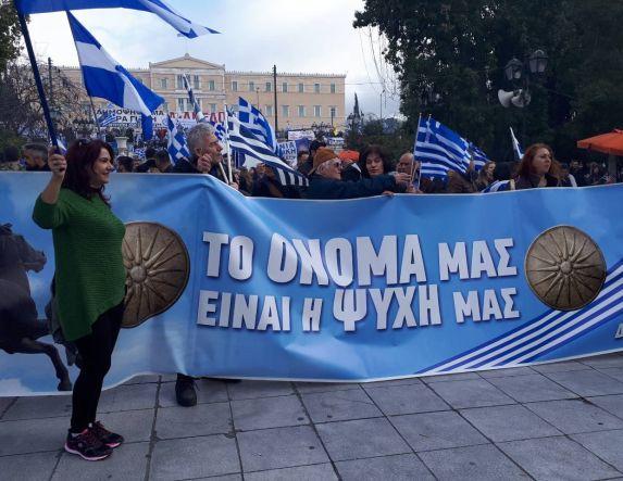 Στο Σύνταγμα αυτή την ώρα εκατοντάδες Ημαθιώτες για το συλλαλητήριο - Υπογραφές για δημοψήφισμα