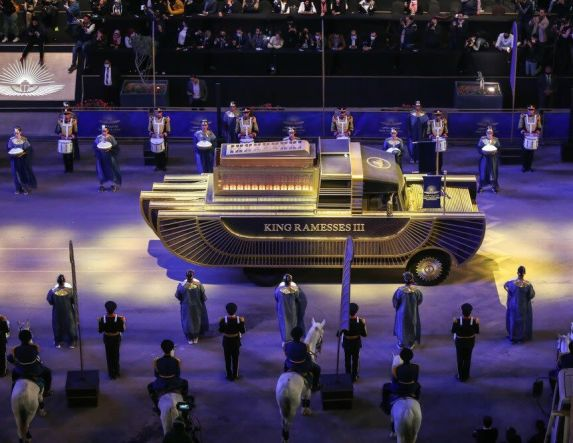 Με λαμπρότητα η «χρυσή παρέλαση» για τη μεταφορά των Φαραώ στο νέο μουσείο στο Κάιρο! (Εικόνες, βίντεο)