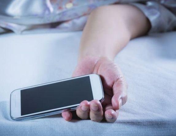 Γιατί δεν πρέπει να κοιμάστε με το κινητό στο χέρι