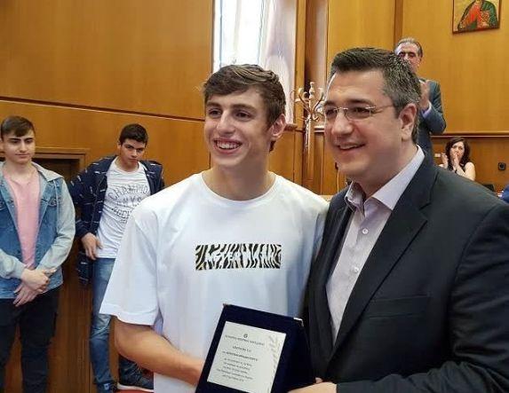 Τίμησε τον Σάββα Θώμογλου Παγκόσμιο πρωταθλητή στην Γυμνασιάδα Κολύμβησης η διευθύντρια Εκπαίδευσης