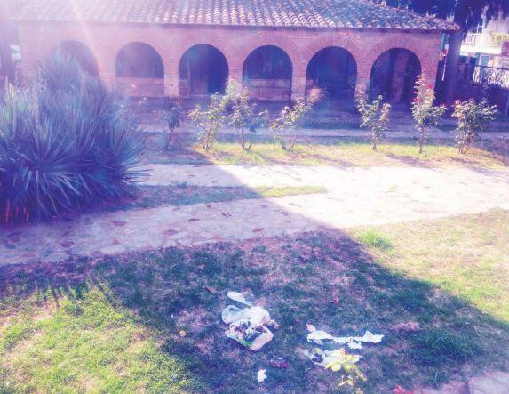 Σκόρπιες σακούλες σκουπιδιών  στην Εκκλησία του Χριστού