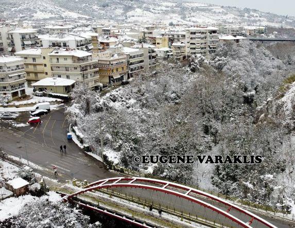 Με drone πάνω από την χιονισμένη πεζογέφυρα Προμηθέα - Βίντεο